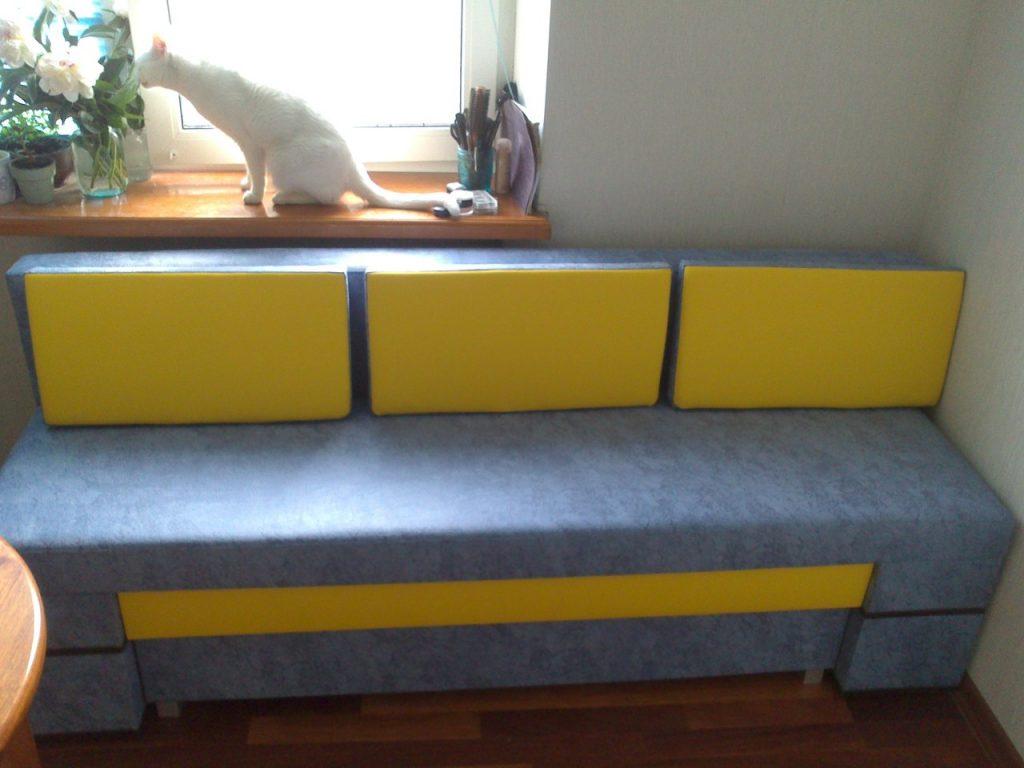 диван с подушками и спальным местом