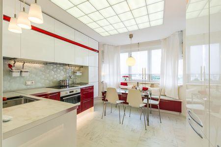 красно-белая кухня 13 кв. метров
