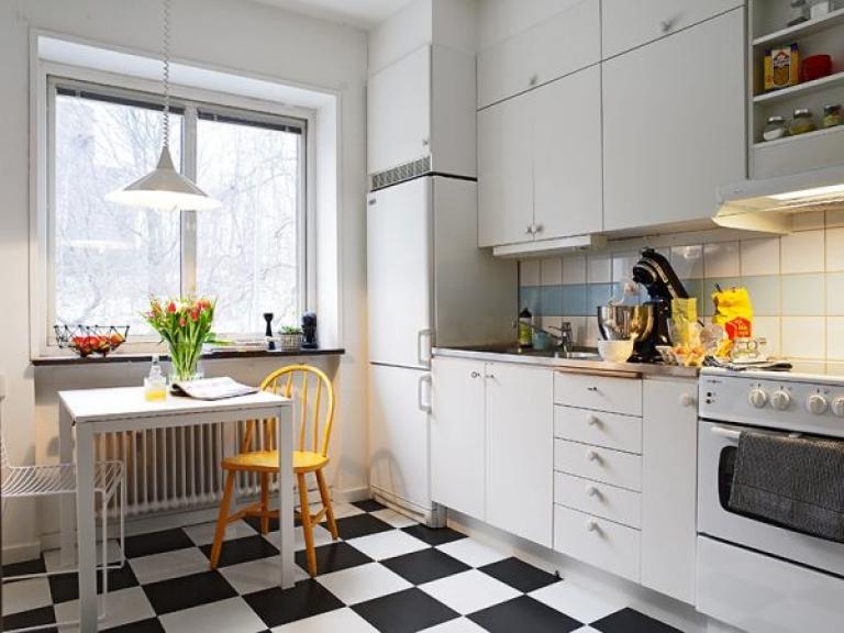 белая двухярусная кухня 13 кв. метров