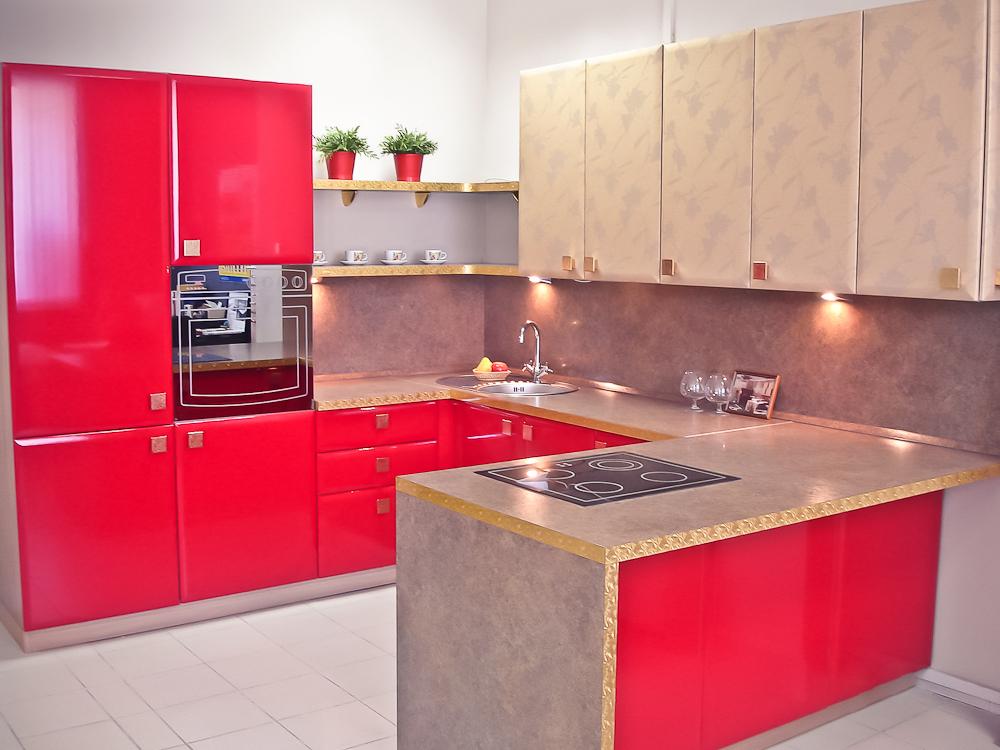 сочный красный в интерьере кухни 7 кв.м.