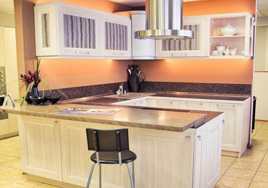 абрикосовое оформление стен кухни 7 кв.м.
