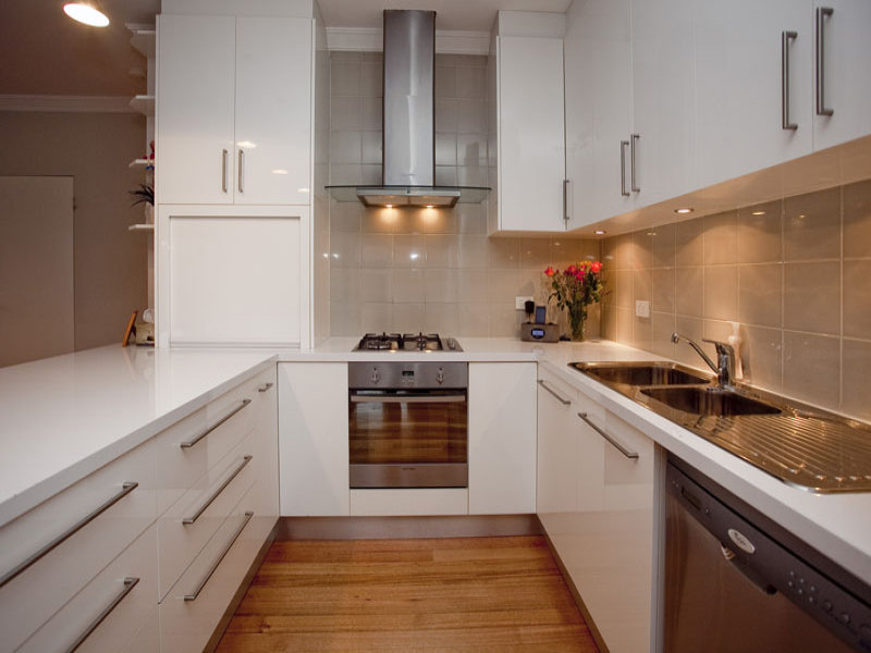 белый гарнитур на кухне 7 кв.м.