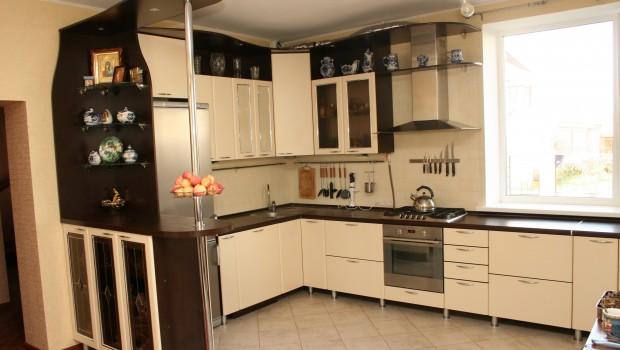 бежево-шоколадная угловая кухня с барной стойкой