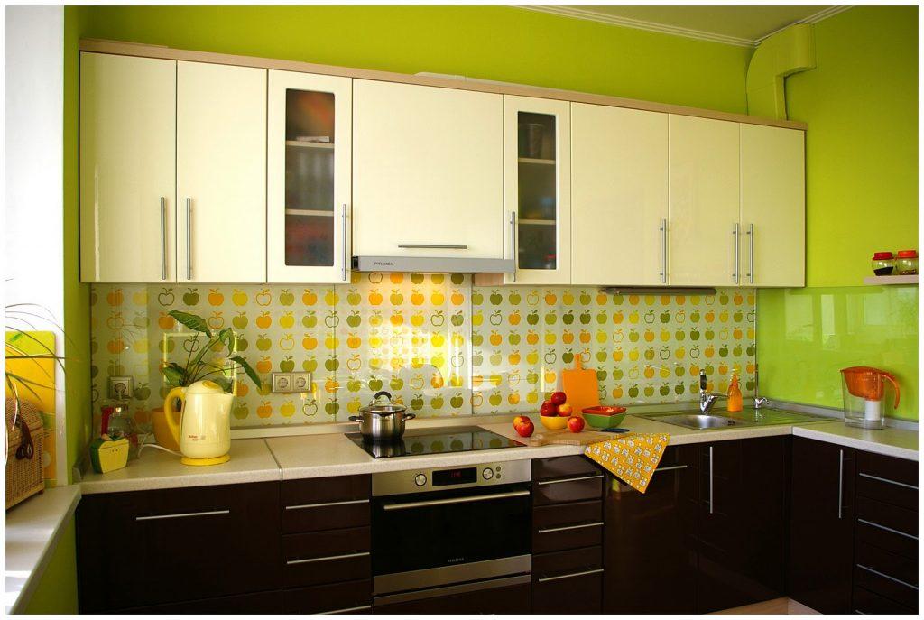 зелёный интерьер кухни 7 кв.м.
