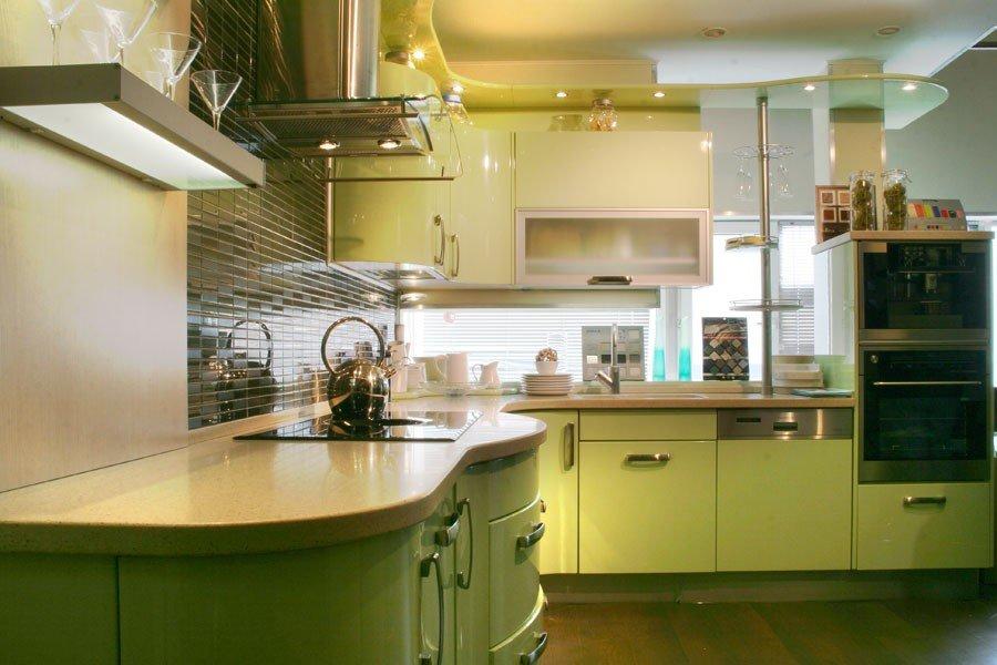 зеркальный фартук с зелёным гарнитуром