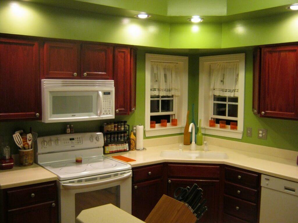 зелёный с деревом на кухне