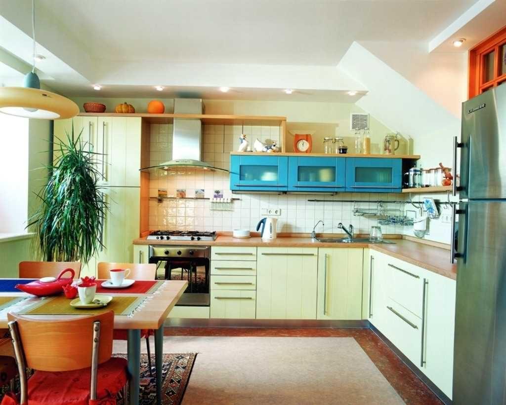 голубой в сочетании с зелёным на кухне