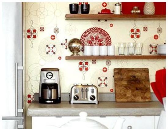 комбинирование ярких обоев на кухне