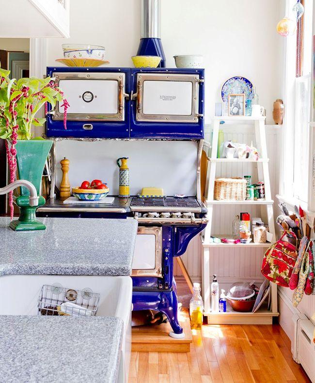 красивый интерьер кухни с использованием яркого декора
