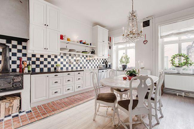 красивый интерьер кухни с люстрой