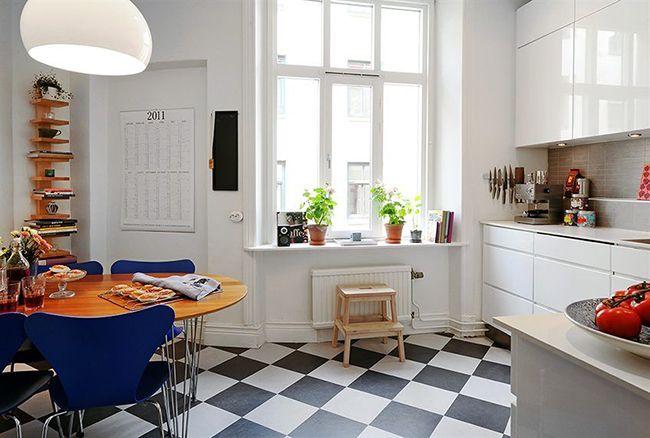 красивый интерьер кухни с синей мебелью