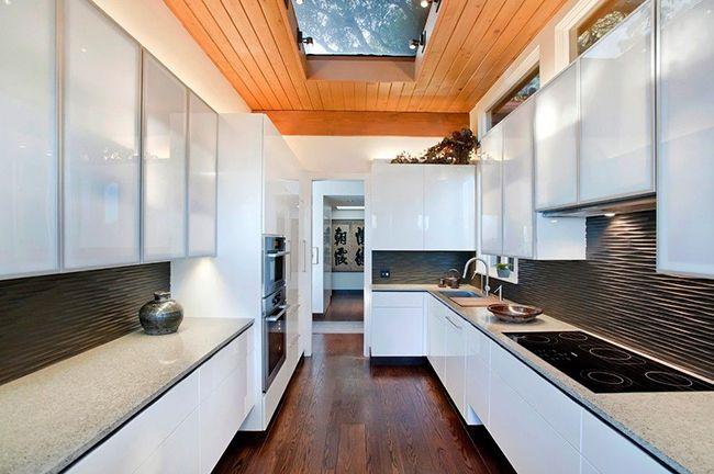 красивый интерьер кухни с окном в крыше