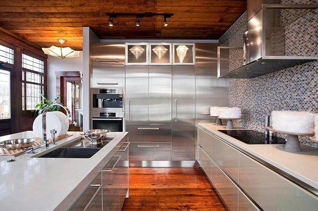 красивый интерьер кухни с металлическими фасадами