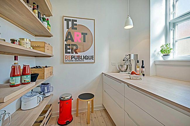 красивый интерьер кухни с открытыми полками