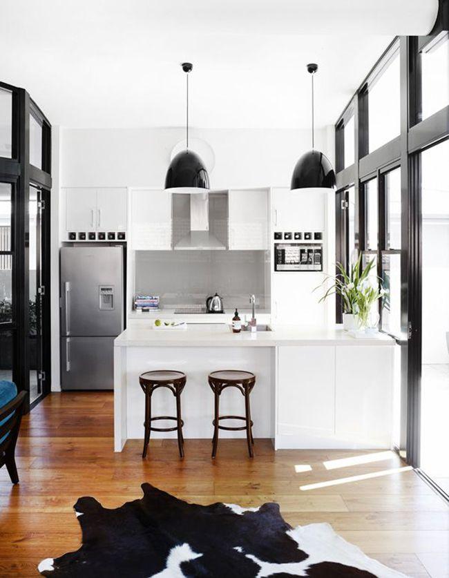 красивый интерьер чёрно-белой кухни