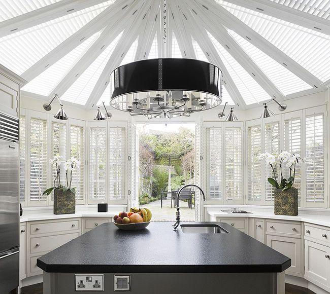 красивый интерьер кухни под куполом