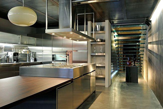красивый интерьер кухни с нержавейки