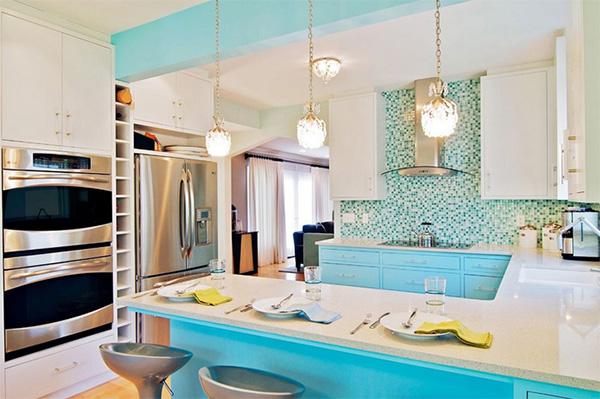 голубой фартук на кухне 10 кв.м.