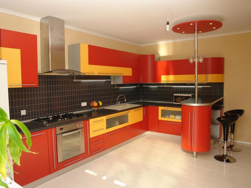 красно-оранжевая кухня 10 кв.м