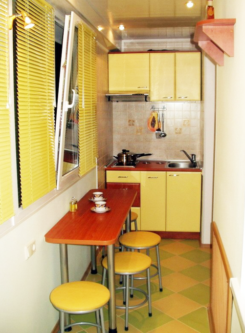 кухня на балконе в жёлтых тонах