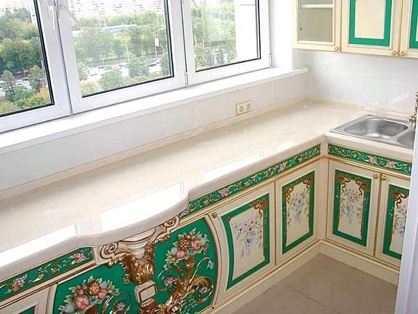 зелёно-белая кухня на балконе