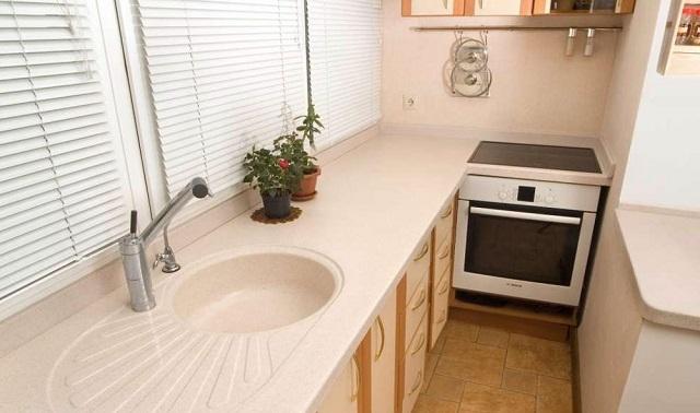 Дизайн кухни с балконом и плитой