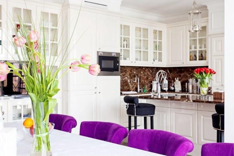кухня столовая с фиолетовыми стульями