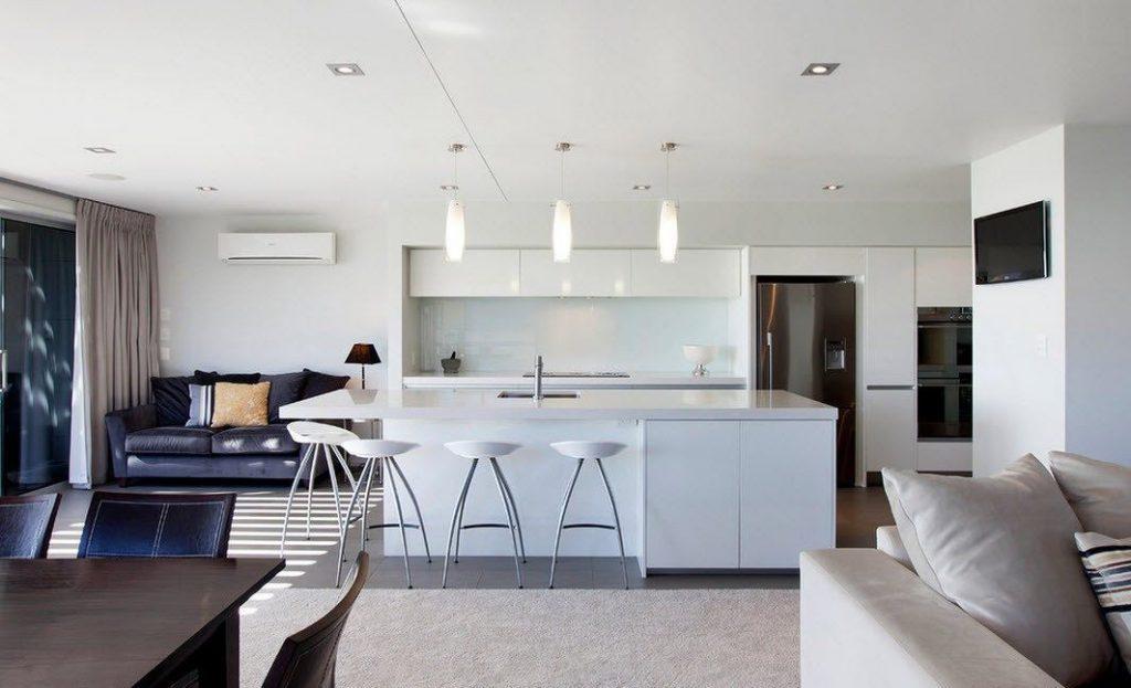светлый интерьер на кухне в стиле хай тек 2017