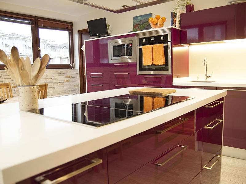 Кухня в стиле хай-тек баклажановая