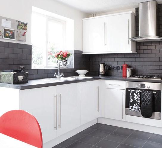 белое и чёрное на кухне