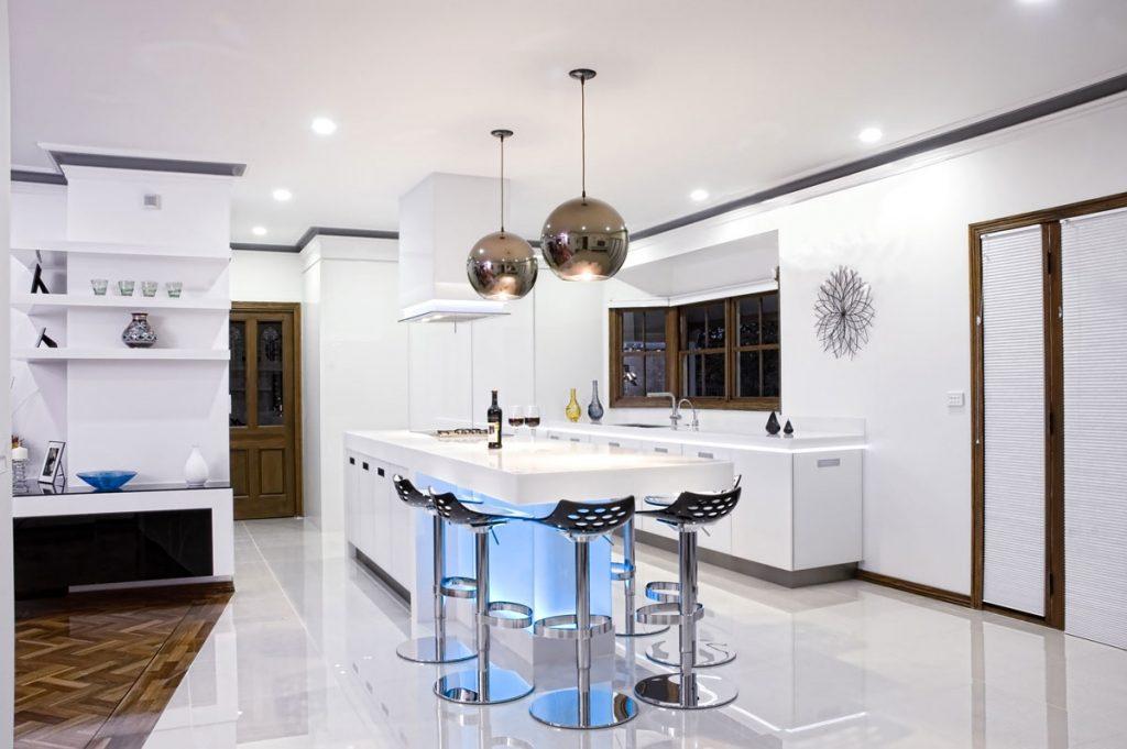 люстра шары на кухне