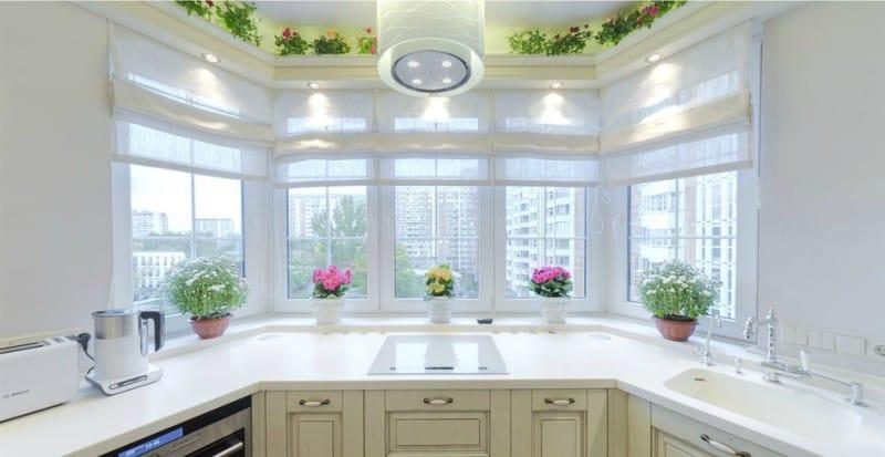 Кухня с оборудованной рабочей зоной в эркере