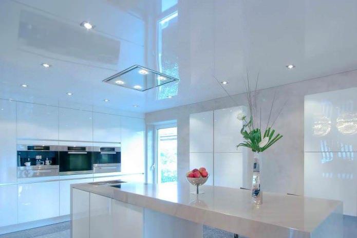натяжной глянцевый потолок на кухне