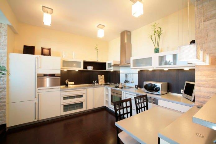 натяжной потолок со светильниками на кухне