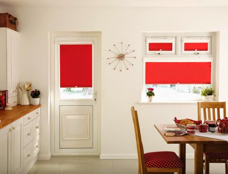красные шторы для кухни 2017