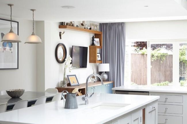 серые прямые шторы для кухни 2017