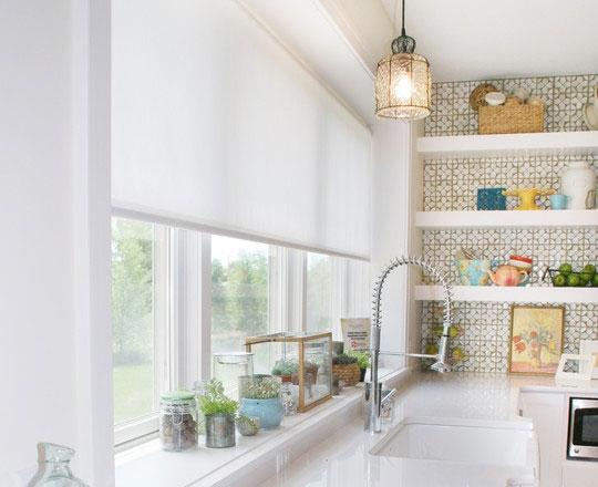 белые рулонные шторы для кухни 2017