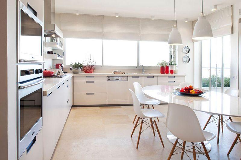 белые стильные шторы для кухни 2017
