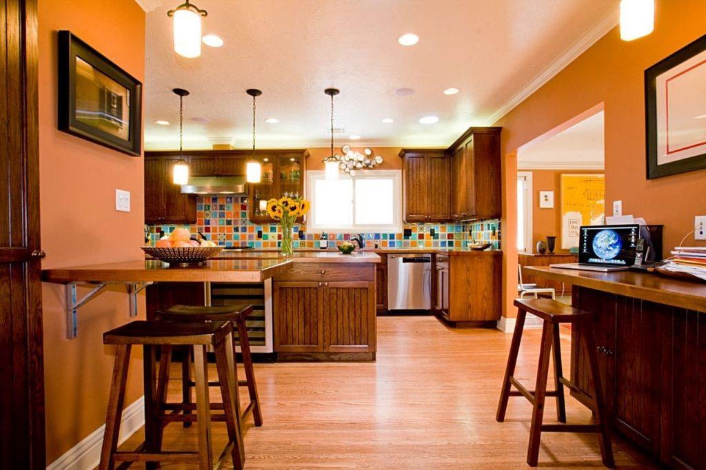 оранжевая кухня с коричневым деревянным полом