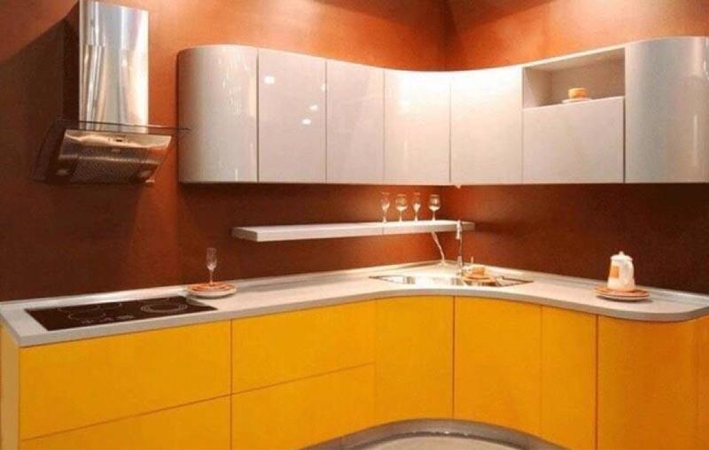 оранжевая кухня с коричневой стеной