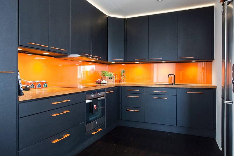 чёрно оранжевая кухня
