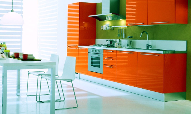 оранжевая кухня с зелёным
