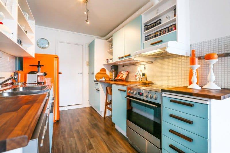 на кухне голубой и оранжевый