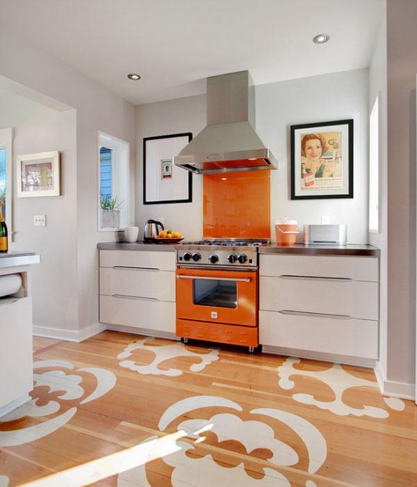 оранжевый фартук и плита на кухне