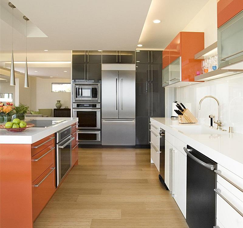 оранжевый и белый на кухне