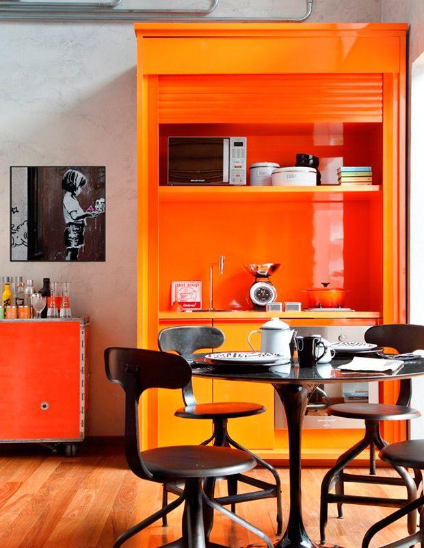 оранжевый буфет на кухне
