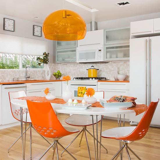 Бело-оранжевая кухня