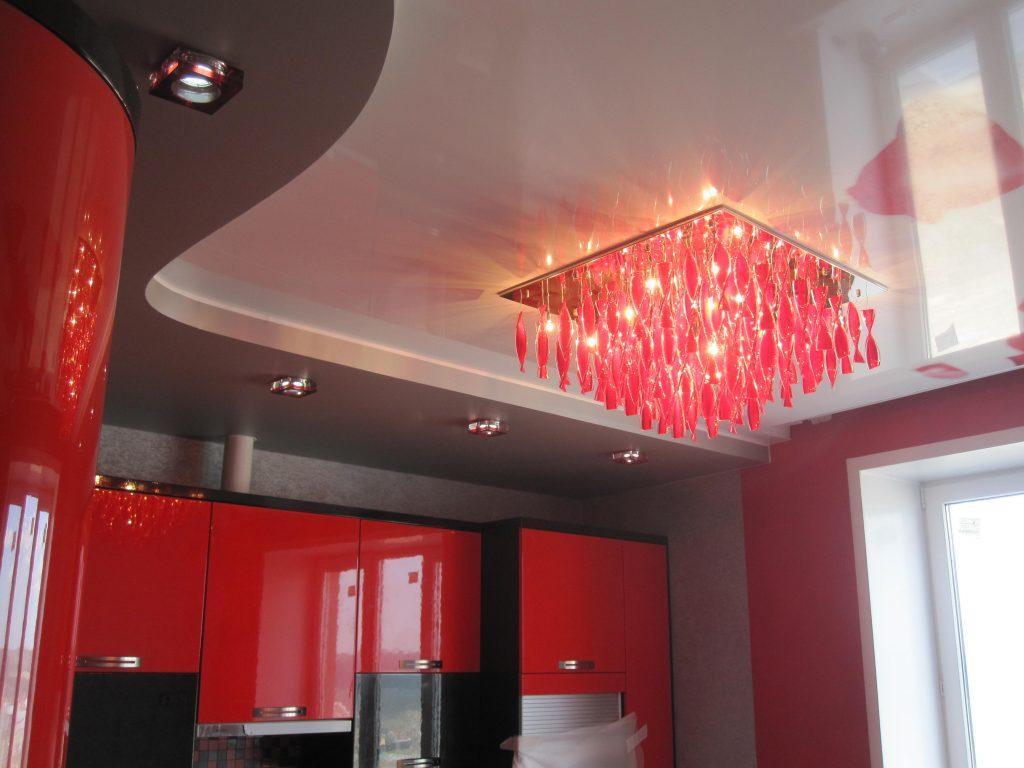 потолок на кухне с красной люстрой