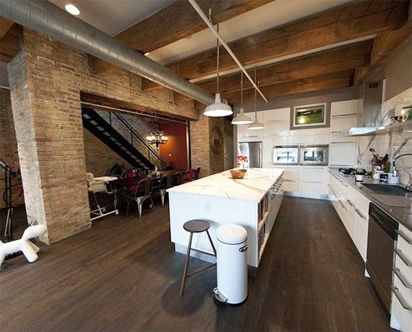 потолок на кухне с деревянными балками