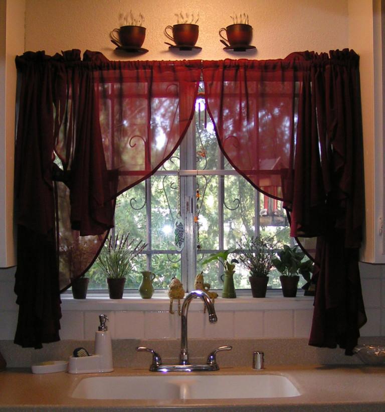 тёмные шторы с декором для кухни 2017